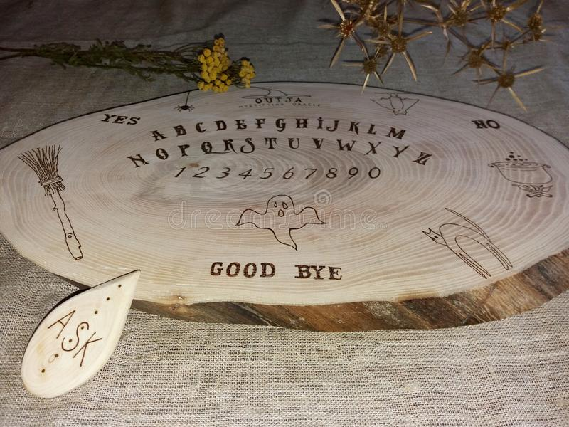 Placa feito a mão do ouija imagem de stock