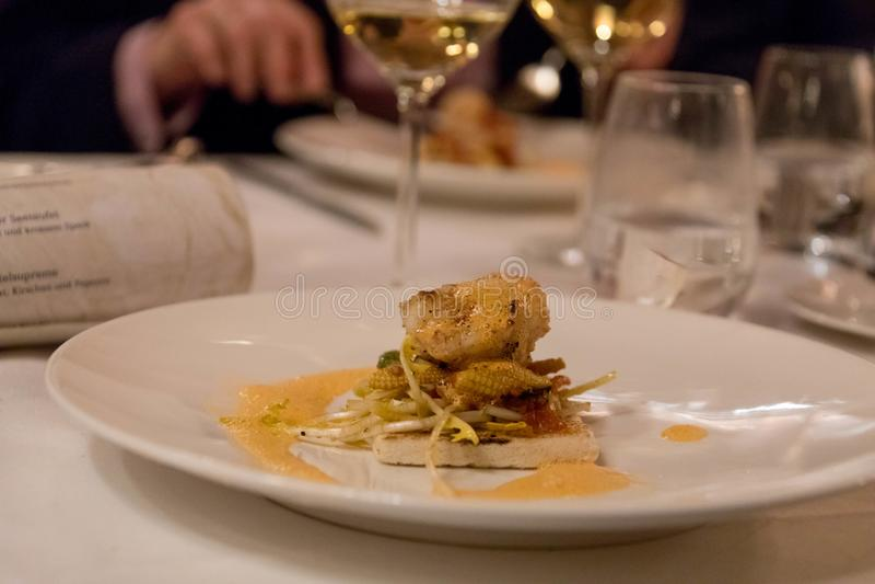 Placa fina de la comida con los pescados asados a la parrilla en tostada fotos de archivo libres de regalías