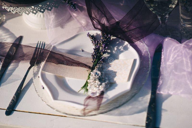Placa, forquilha, cartão do convidado e boutonniere brancos da alfazema imagem de stock