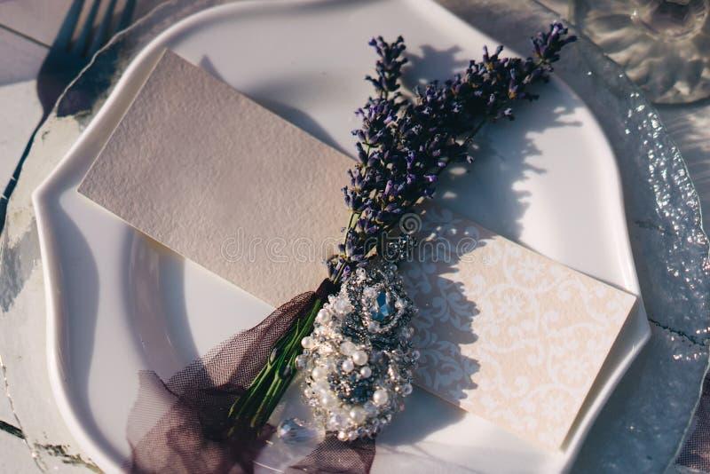 Placa, forquilha, cartão do convidado e boutonniere brancos da alfazema fotos de stock royalty free