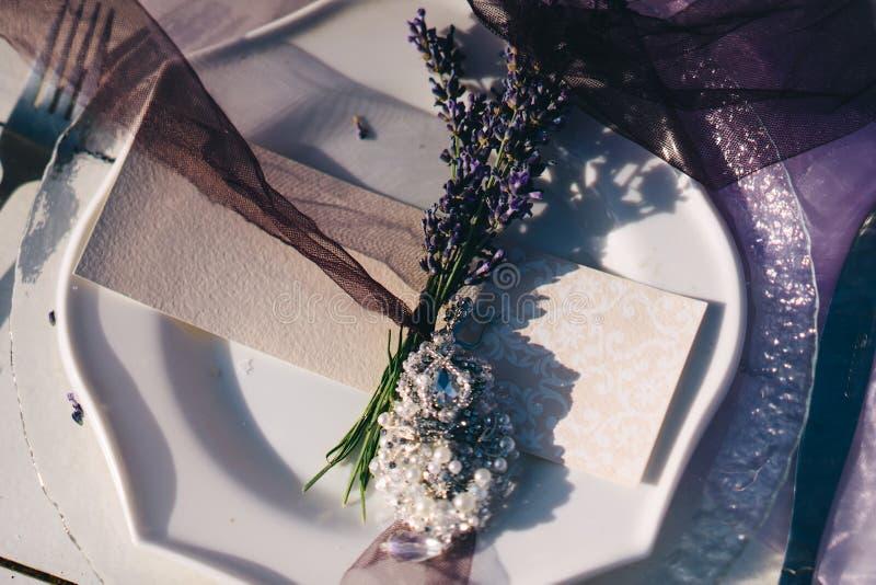 Placa, forquilha, cartão do convidado e boutonniere brancos da alfazema imagem de stock royalty free