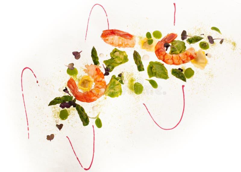 Placa gastrónoma de camarones con las pastas del sparagus y de los raviolis imagenes de archivo