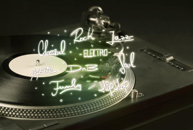 Placa giratoria con los géneros del vinilo y de la música escritos imágenes de archivo libres de regalías