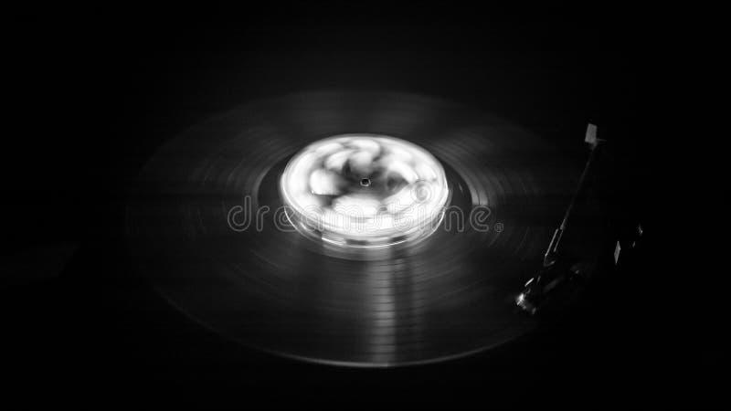 Placa giratoria que juega el vinilo con las líneas abstractas que brillan intensamente concepto en fondo oscuro foto de archivo libre de regalías