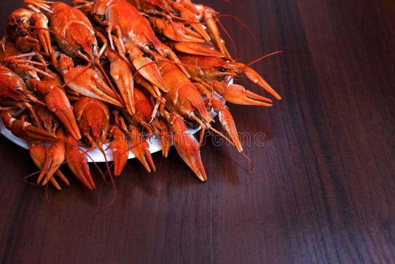Placa grande del primer hervido sabroso de los cangrejos en la tabla de madera, cena de los mariscos, nadie imagen de archivo libre de regalías