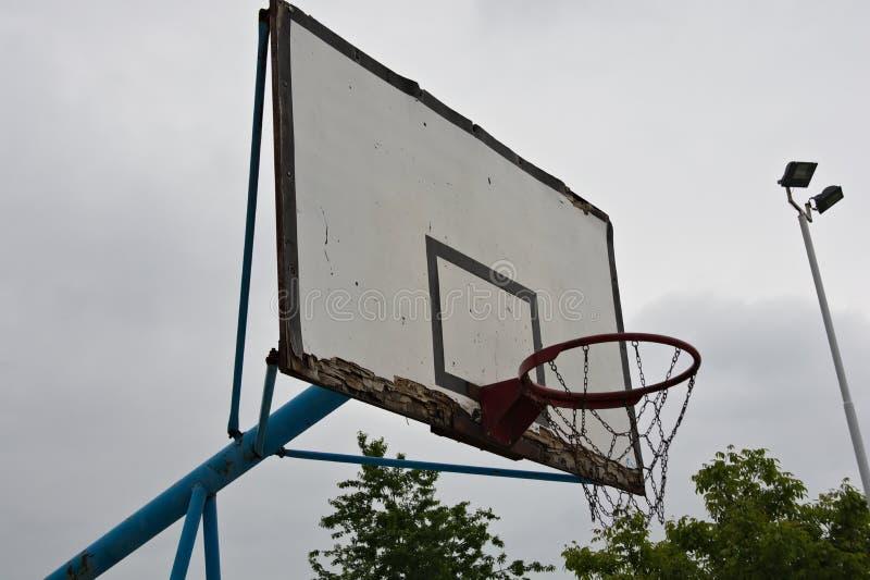 Placa idosa do basquetebol na corte da rua fotografia de stock