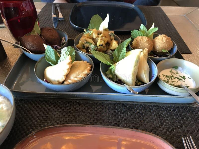 Placa libanesa de la comida de la humus con varios platos foto de archivo