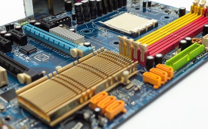 Placa madre con la ranura expresa visible del conector del PCI, disipador de calor, ranura de la memoria, zócalo de la CPU en azu foto de archivo libre de regalías