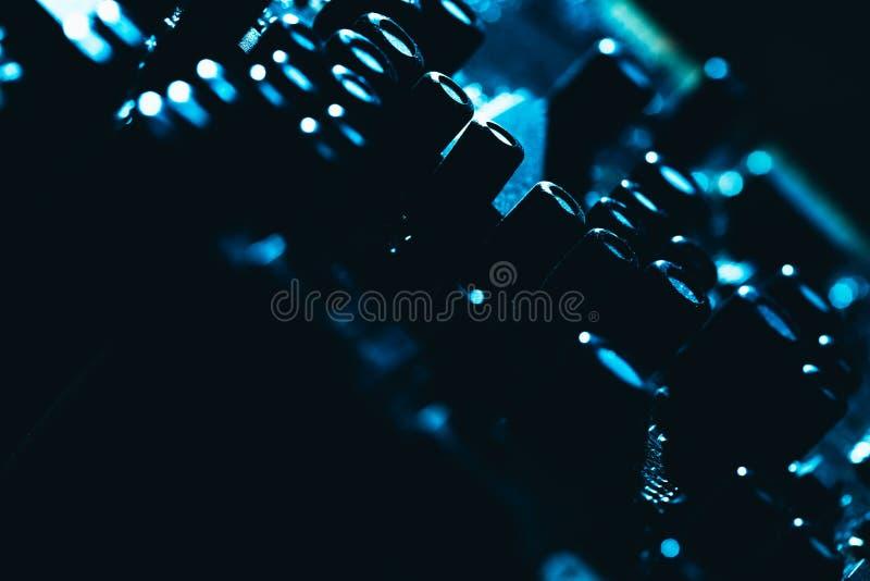 Placa madre del ordenador en primer oscuro azul del fondo imagen de archivo