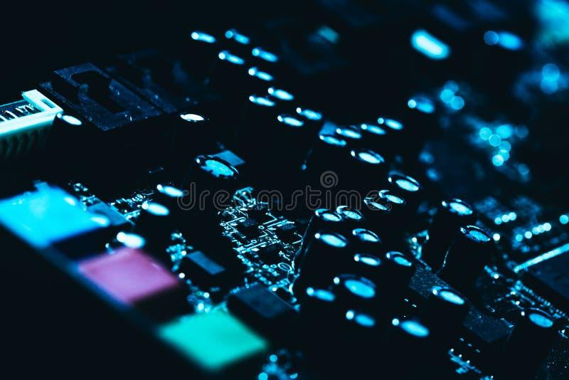 Placa madre del ordenador en primer oscuro azul del fondo foto de archivo