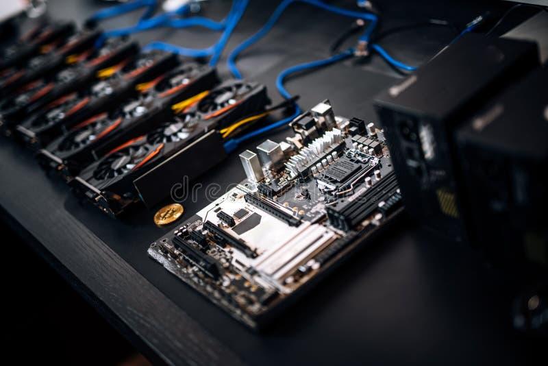 Placa madre y tarjetas gráficas del ordenador, explotación minera del bitcoin y cryptocurrency fotografía de archivo
