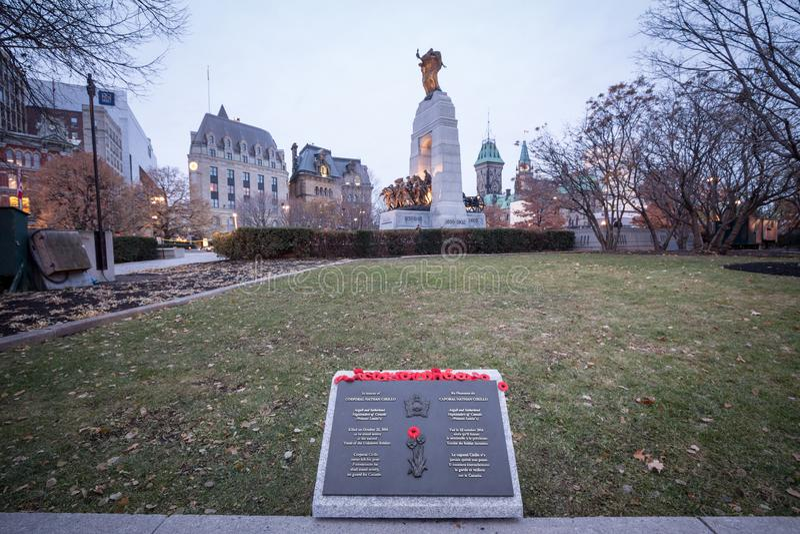 Placa a Nathan Cirillo con las amapolas de la conmemoración, víctima de los tiroteos 2014 del terrorista, en el monumento de guer imagenes de archivo