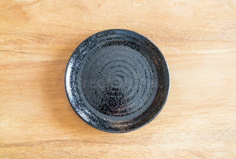 placa negra vacía en la tabla foto de archivo