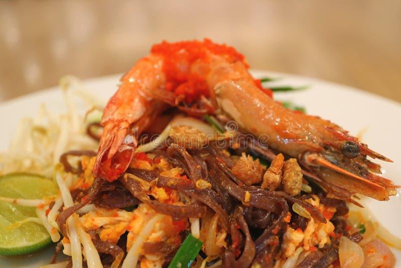 Placa o tailandés del cojín tallarines sofritos del estilo tailandés rematados con la gamba entera fotos de archivo