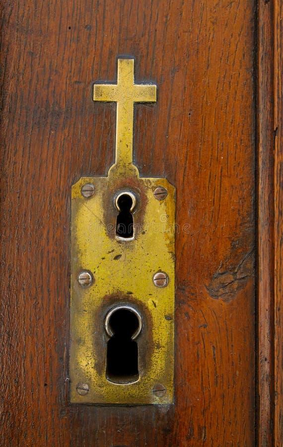 Placa ornamentado com o buraco da fechadura dobro na porta da igreja fotografia de stock