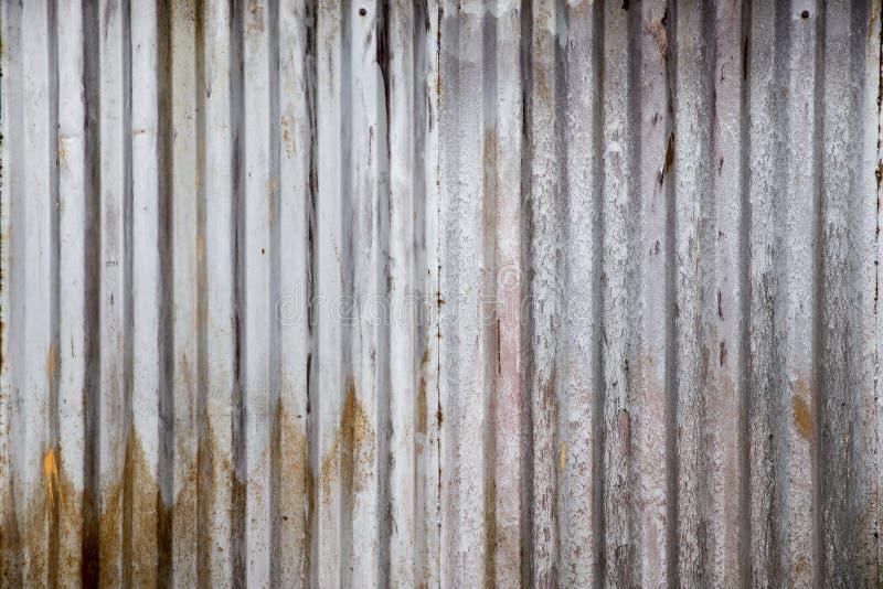 Placa oxidada velha do zinco, teste padrão vertical na folha de metal velha para o fundo do vintage Textura suja cinzenta fotos de stock