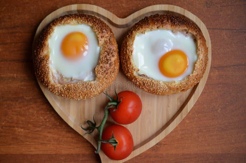 Placa para dois, bolos do café da manhã do ovo com tomates de cereja imagem de stock royalty free
