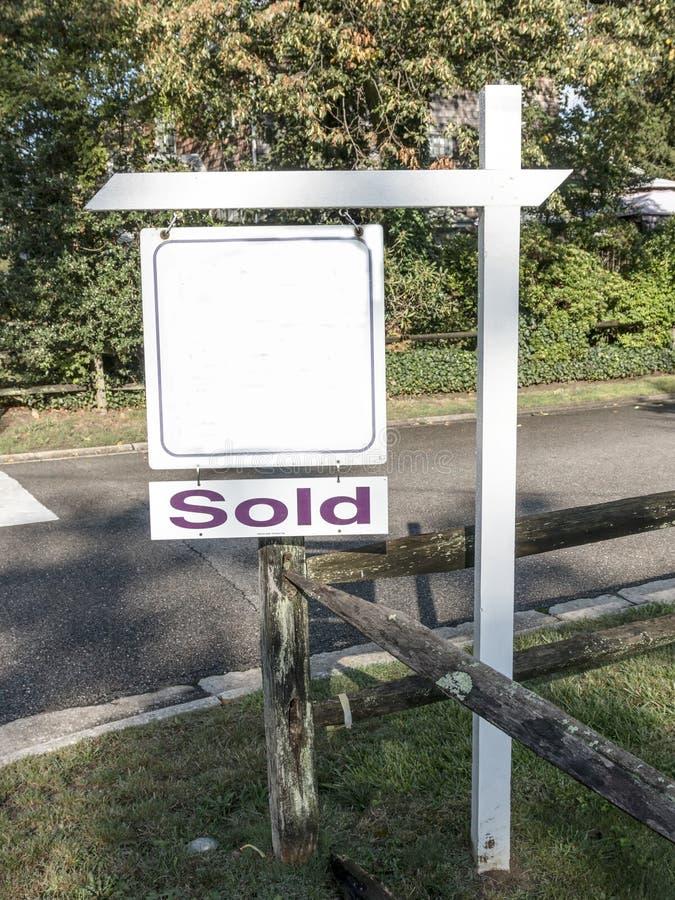 Placa para o sinal da venda com um sinal vendido sob ele fotos de stock royalty free
