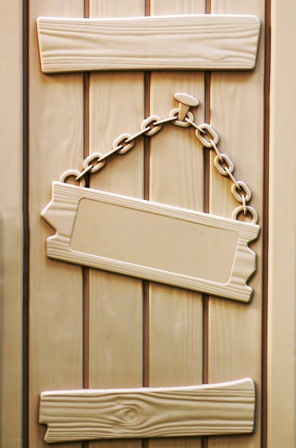 Placa plástica con una cadena que cuelga en un clavo imagenes de archivo