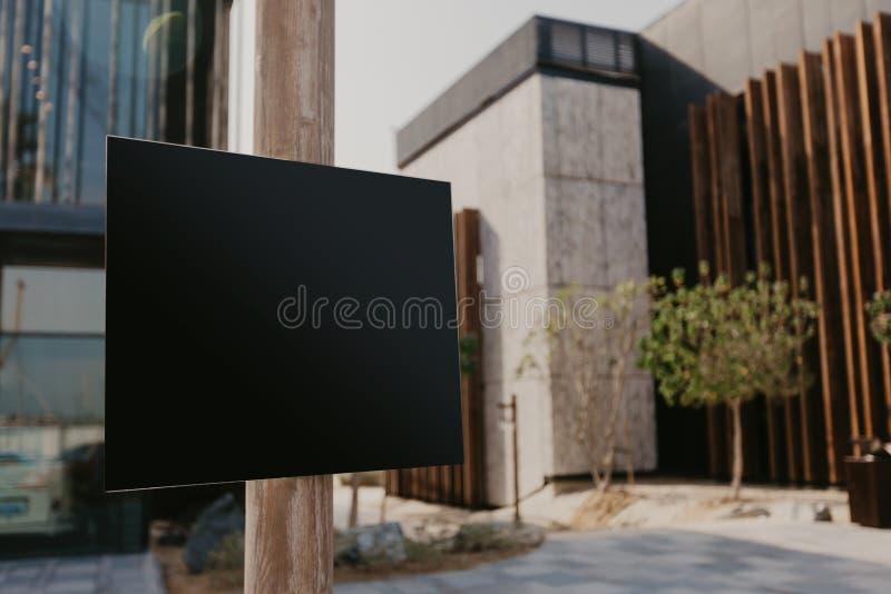 Placa preta para o texto e projeto colocado na imagem da rua fotografia de stock royalty free