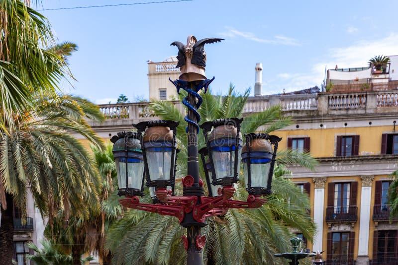 Placa Reial, detalle del poste colorido de la lámpara conocido como primera ópera de Gaudì Barcelona imagenes de archivo