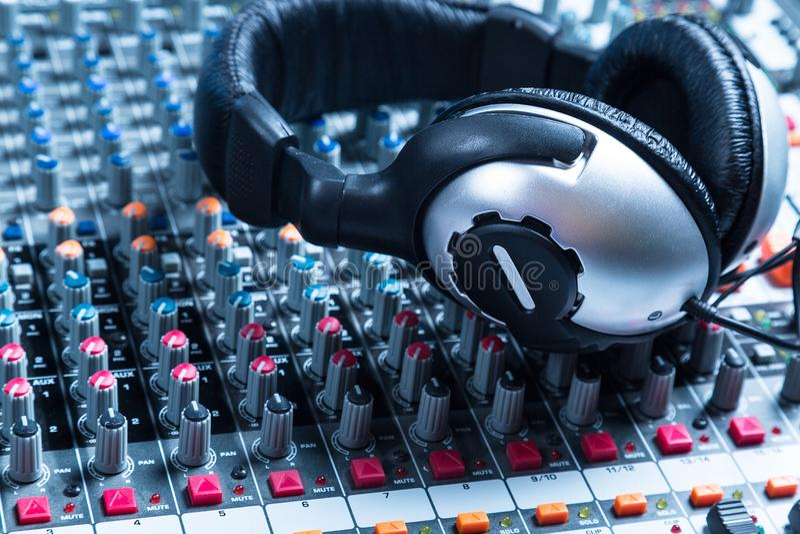 Placa sadia com fones de ouvido imagens de stock