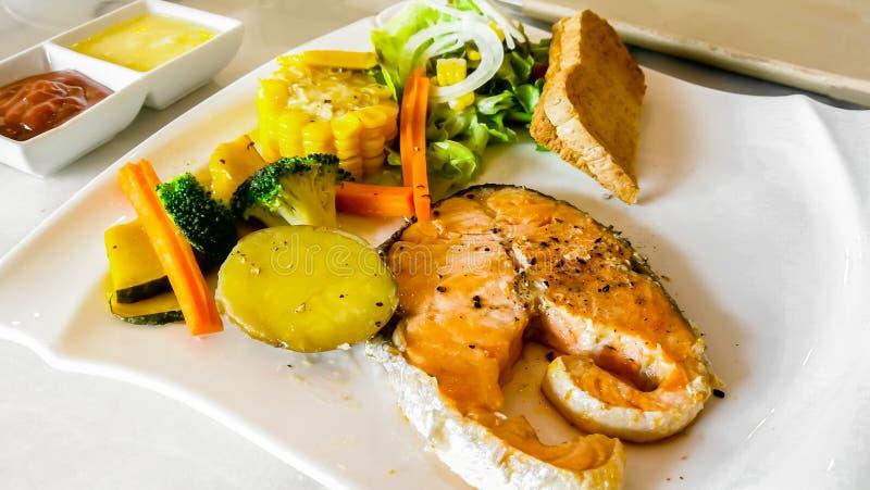 Placa, salmón - animal, comida, ensalada, pescado fotografía de archivo libre de regalías