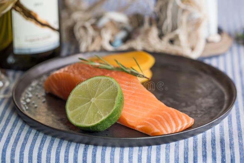 Placa Salmon com vidro de vinho branco fotografia de stock royalty free