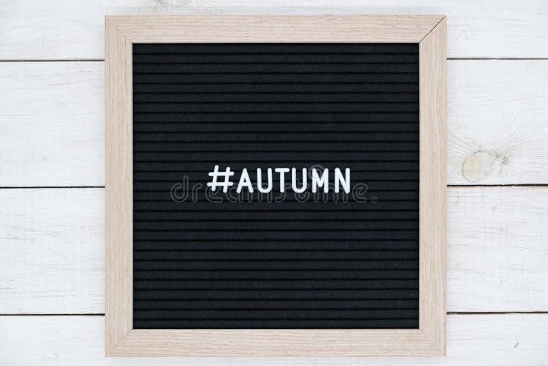 placa sentida preta com autumnn do hashtag e da palavra foto de stock royalty free