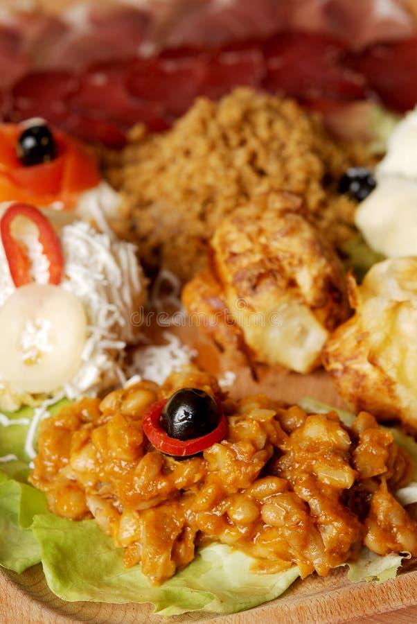 Placa servia tradicional de la comida con el diferente tipo de comidas aperitivo fotografía de archivo
