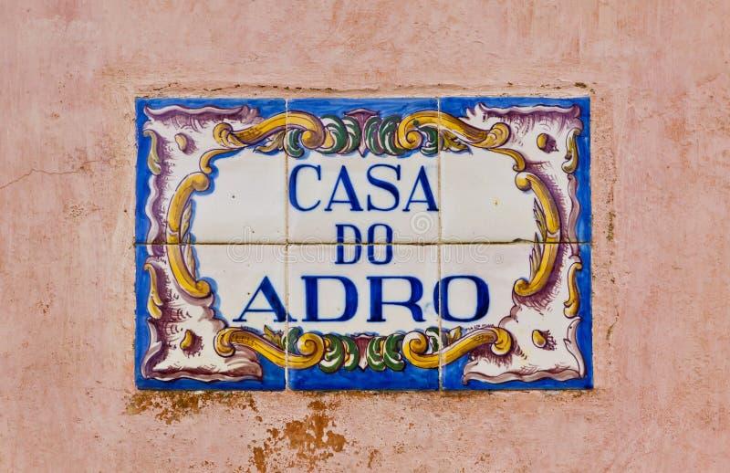 Placa típica con el nombre de la calle en Lisboa, Portugal fotos de archivo