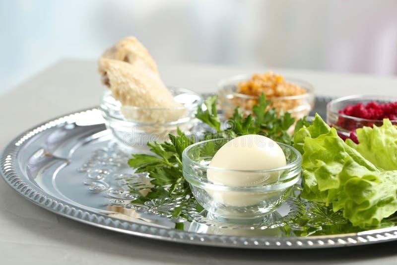 Placa tradicional de Pesach Seder de la pascua judía con la comida simbólica en la tabla dentro fotos de archivo libres de regalías