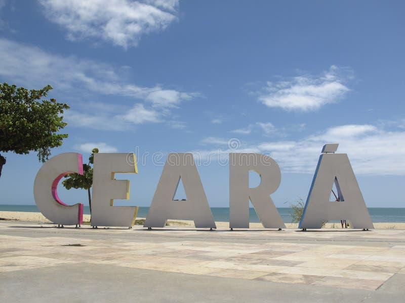 Placa turística com inscrição Ceara em letras grandes nas praias de Fortaleza, Ceara, Brasil imagem de stock royalty free