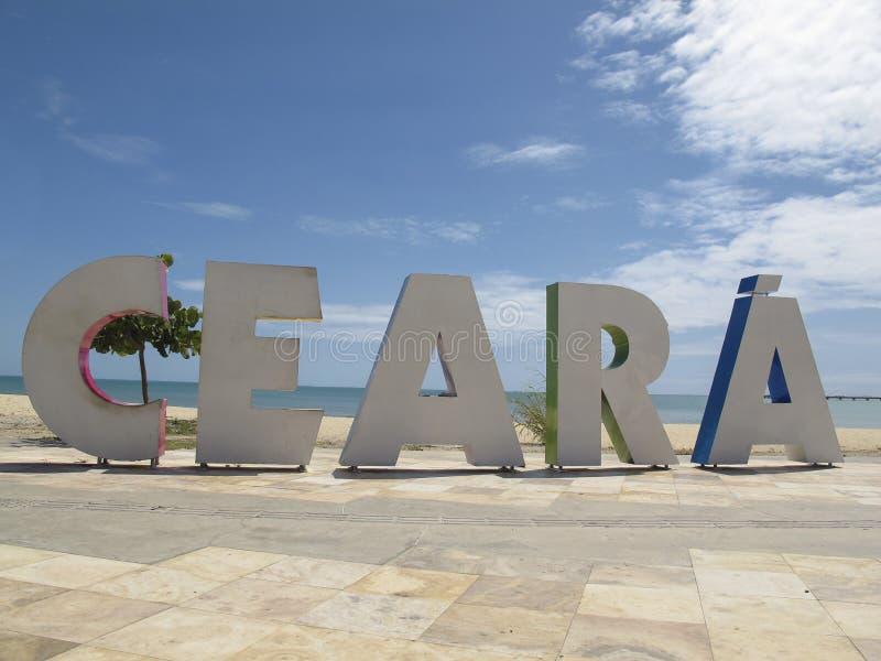 Placa turística com inscrição Ceara em letras grandes nas praias de Fortaleza, Ceara, Brasil fotos de stock