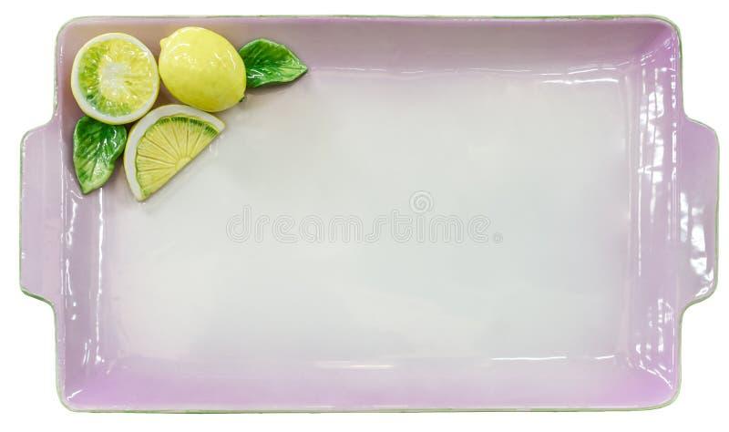 Placa vacía de la lila con los limones en el fondo blanco imagenes de archivo