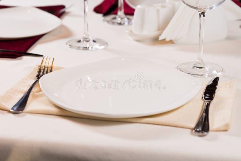 Placa vacía en una tabla de cena formal imagenes de archivo