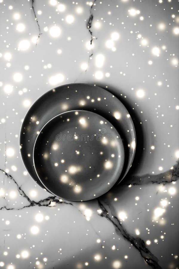Placa vacía negra de la comida en fondo flatlay de la tabla de mármol, decoración del vajilla para la cena romántica del día de f fotografía de archivo libre de regalías
