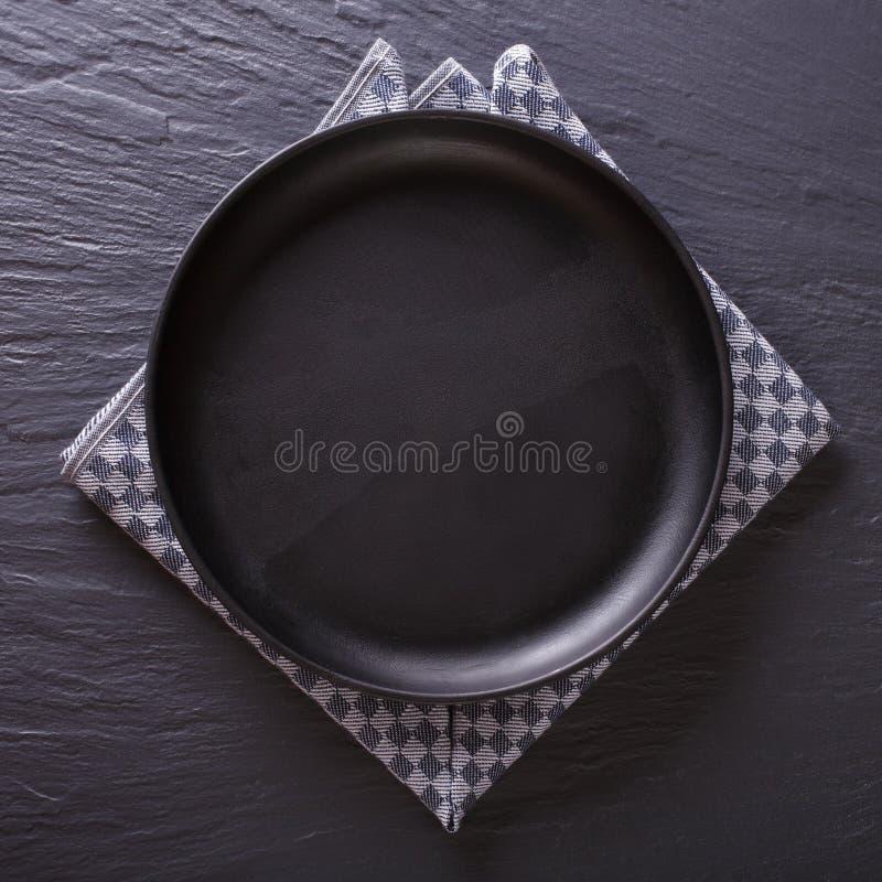 Placa vacía negra en la tabla Visión superior imágenes de archivo libres de regalías