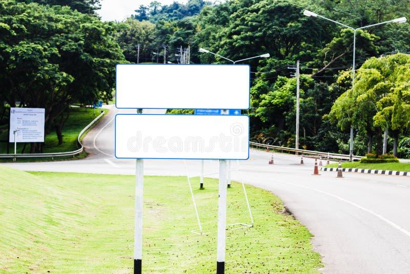 Placa vazia branca do sinal de rua no lado da estrada imagem de stock