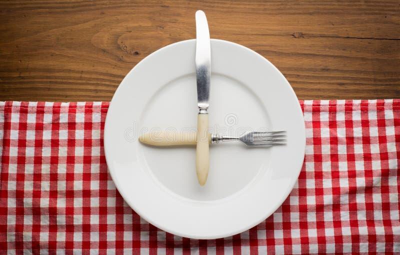 Placa vazia com forquilha e faca na toalha de mesa sobre imagem de stock royalty free