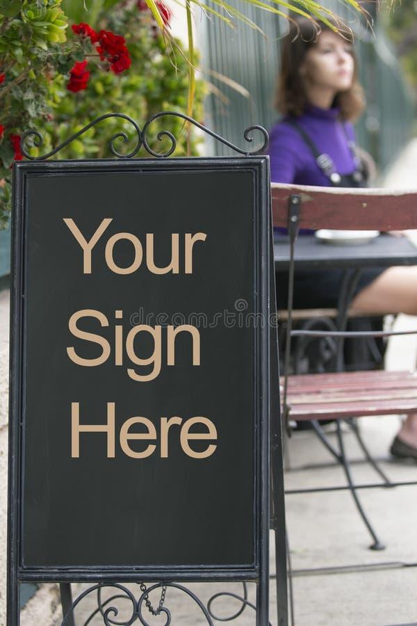 Placa vazia do sinal em um café do passeio foto de stock