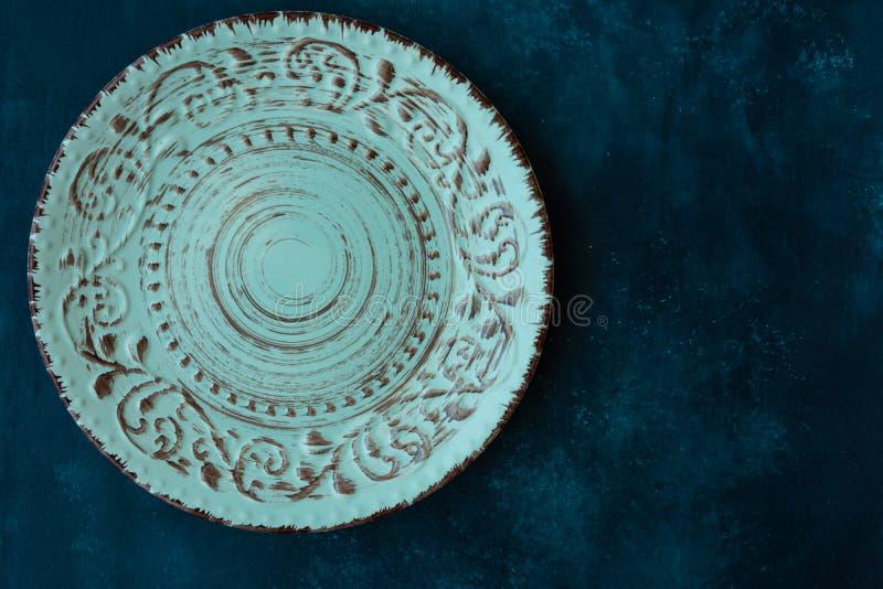 Placa vazia do vintage de turquesa, na obscuridade - tampo da mesa concreto azul, configuração lisa, molde do menu, copyspace, vi fotografia de stock royalty free