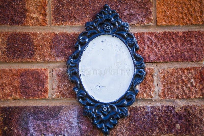 Placa vazia na parede de tijolo, vila inglesa fotografia de stock royalty free