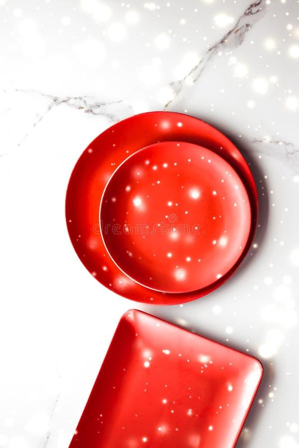 Placa vazia vermelha do alimento no fundo flatlay da tabela de mármore, decoração dos utensílios de mesa para o jantar romântico  foto de stock