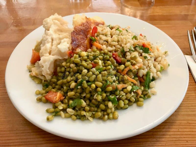 A placa vegetal saudável com Olive Oil Mung Bean Salad serviu no restaurante imagens de stock royalty free