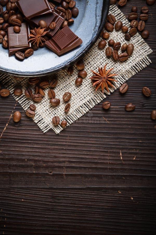 Placa velha com feijões e chocolate de café imagem de stock