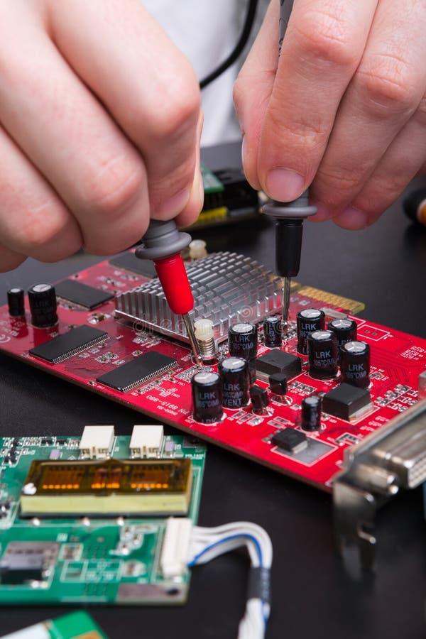 Placa vermelha do circuito eletrônico que inspeciona perto acima imagens de stock royalty free