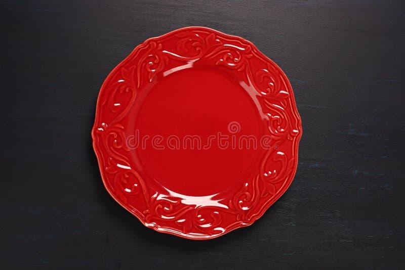 Placa vermelha no fundo escuro fotografia de stock royalty free