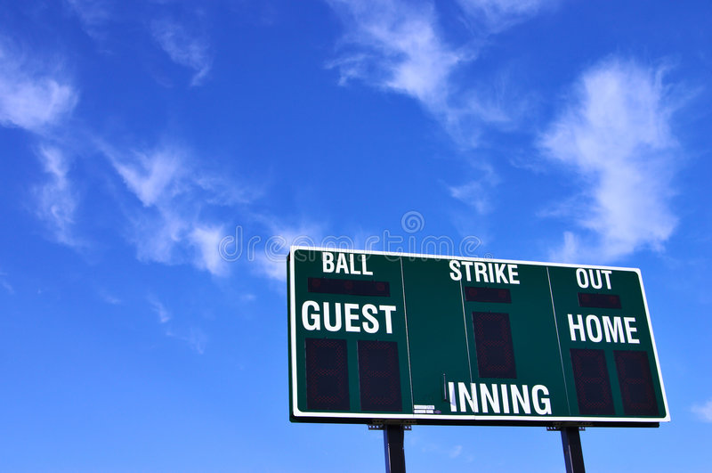 Placar do basebol e céu azul fotografia de stock royalty free