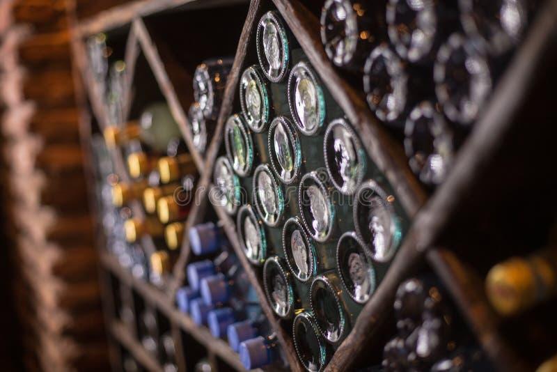 Placard des bouteilles de la cave de warehouaw de winebottles de vin photos libres de droits
